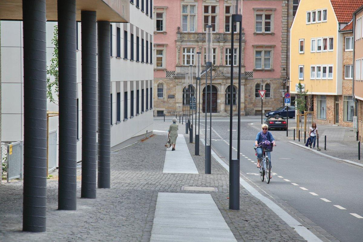 Neu gestaltete Kreuzstraße mit genügend Raum für alle Verkehrsteilnehmer