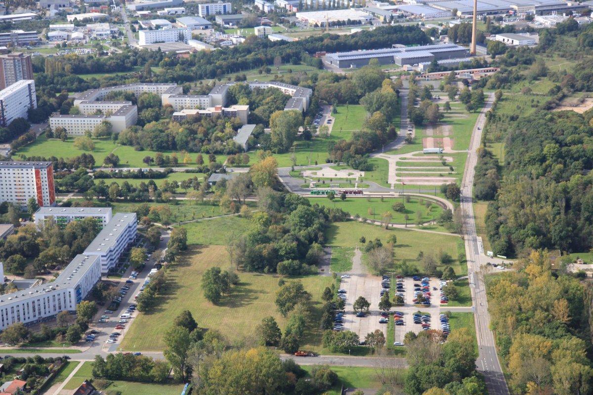 Blick auf die Rückbauflächen der Großwohnsiedlung Roter Berg von Osten